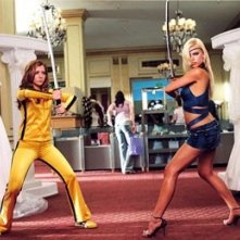 Alyson Hannigan e Sophie Monk in una scena del film Hot Movie
