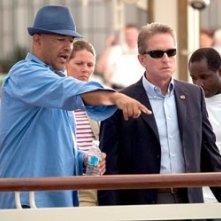 Il regista Clark Johnson con Michael Douglas sul set del film The Sentinel