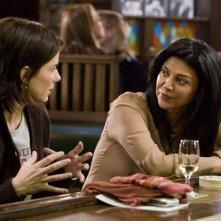 Sandra Bullock e Shohreh Aghdashloo in una scena del film  La casa sul lago del tempo