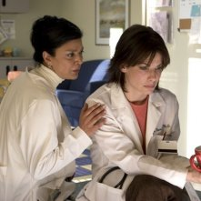 Shohreh Aghdashloo e Sandra Bullock in una scena del film  La casa sul lago del tempo