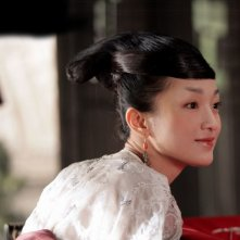 Zhou Xun in una sequenza del film The Banquet
