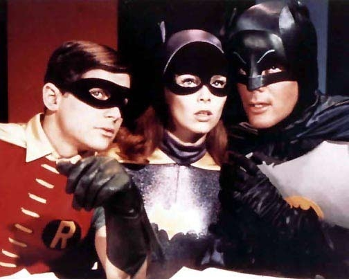 Adam West, Burt Ward ed Yvonne Craig nella serie tv 'Batman'