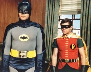 Adam West accanto a Burt Ward nella serie tv 'Batman'