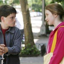 Charlie Ray accanto a Josh Hutcherson in una scena del film Innamorarsi a Manhattan