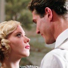 Mark Umbers e Scarlett Johansson in una scena del film Le seduttrici