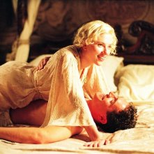Mark Umbers con Scarlett Johansson in una scena del film Le seduttrici