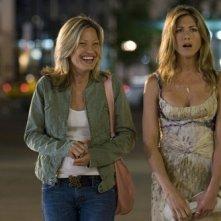 Joey Lauren Adams e Jennifer Aniston in una scena del film Ti odio, ti lascio, ti...