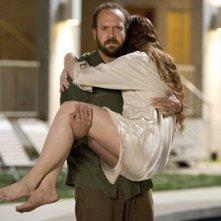 Bryce Dallas Howard e Paul Giamatti in una sequenza di Lady in the Water