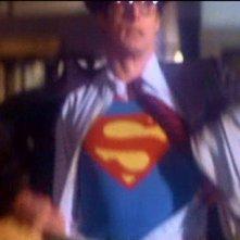 Christopher Reeve si spoglia dei panni di Clark Kent in una scena di SUPERMAN