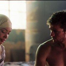 Gina Torres e Ryan Phillippe in una scena del film Five Fingers