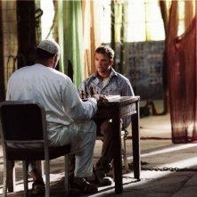 Laurence Fishburne accanto a Ryan Phillippe in una scena del film Five Fingers