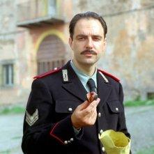 Neri Marcorè in una sequenza del film Baciami piccina