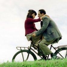 Neri Marcorè e Elena Russo in una scena del film Baciami piccina