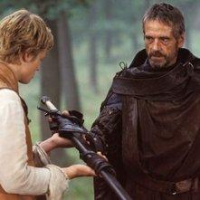 Edward Speleers e Jeremy Irons in una scena del fantasy Eragon