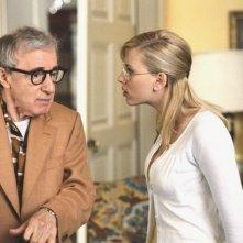 Scarlett Johansson con Woody Allen in una scena di Scoop