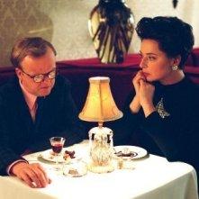 Toby Jones e Isabella Rossellini in una scena di Infamous