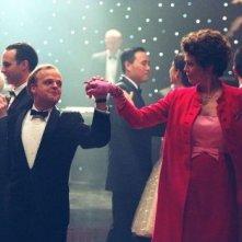 Toby Jones e Sigourney Weaver in una scena di Infamous