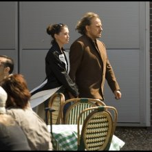 Jane March e Harvey Keitel in una scena del film Il mercante di pietre