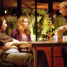 Catherine Keener, frances McDormand e Simon McBurney in una scena del film Friends with Money