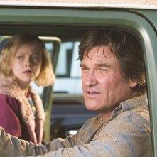 Kurt Russell accanto a Dakota Fanning in Dreamer - La strada per la vittoria