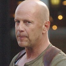 Un primo piano di Bruce Willis in una scena del film Live Free or Die Hard