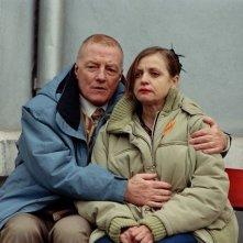 Manfred Zapatka e Katharina Thalbach in una scena del film Offset