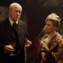 Michael Caine e Scarlett Johansson in The Prestige
