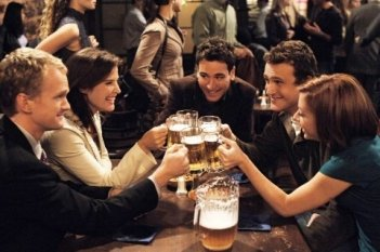 Un brindisi tra amici in 'How I Met Your Mother'