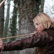 Martina Stella impegnata a tirare con l'arco in 'La freccia nera'