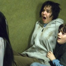 Takako Fuji (di spalle) Arielle Kebbel e Matthew Knight in una scena del film The Grudge 2