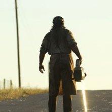 Andrew Bryniarski con la motosega in una scena di The Texas Chainsaw Massacre: The Origin