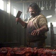 Andrew Bryniarski in una scena di The Texas Chainsaw Massacre: The Origin