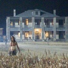 Jordana Brewster davanti alla sinistra casa dell'orrore in una scena di Non aprite quella porta: l'inizio