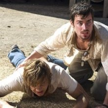 Matthew Borner e Taylor Handley in una scena drammatica di The Texas Chainsaw Massacre: The Origin