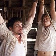 Matthew Borner e Taylor Handley in una scena di The Texas Chainsaw Massacre: The Origin