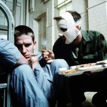 Matthew Modine e Nicolas Cage in una scena di Birdy, le ali della libertà (1984)