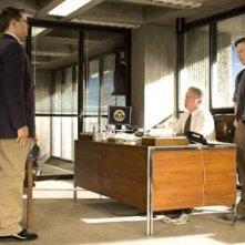 Leonardo DiCaprio, Mark Wahlberg e Martin Sheen in una scena di The Departed