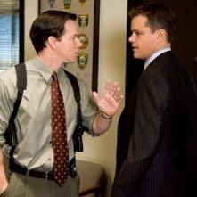 Matt Damon e mark Wahlberg in una scena di The Departed