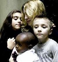 Madonna, i suoi figli Rocco, Lola e David, adottato in Malawi.