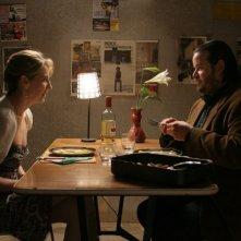 Cristina Suciu e Giuseppe Battiston in una scena del film A casa nostra