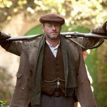 Liam Cunningham in una scena del film Il vento che accarezza l'erba