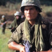 Charlie Sheen in una scena del film Platoon