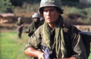 Charlie Sheen in una scena del film Platoon