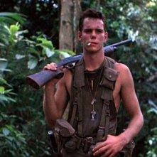 Kevin Dillon in una scena di Platoon