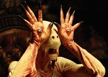 Doug Jones in una sequenza del film Il labirinto del fauno