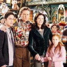 Eric Lloyd, Judge Reinhold, Wendy Crewson e Liliana Mumy in una scena di Santa Clause è nei guai
