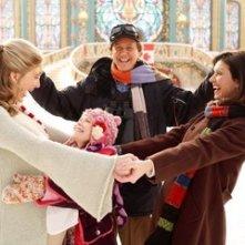 Judge Reinhold, Elizabeth Mitchell, Wendy Crewson e Liliana Mumy in una scena di Santa Clause è nei guai
