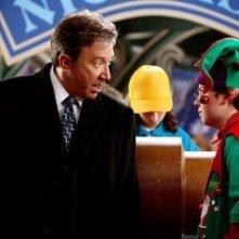 Tim Allen e Spencer Breslin in una scena di Santa Clause è nei guai