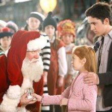 Tim Allen, Eric Lloyd e Liliana Mumy in una scena di Santa Clause è nei guai