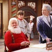Tim Allen, Martin Short e Spencer Breslin in una scena di Santa Clause è nei guai